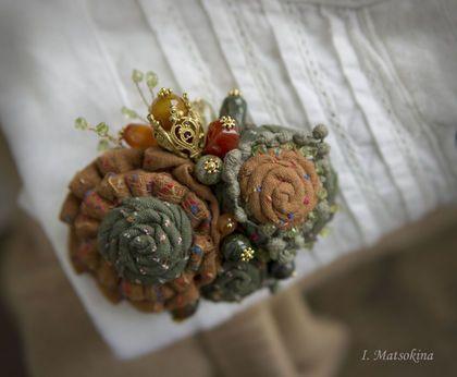 Купить или заказать Брошь Драгоценная в интернет-магазине на Ярмарке Мастеров. Теплая и уютная брошь щедро делится своим богатством фактур и красок драгоценных камней. Собрана из соцветий, выполненных из японского жаккардового хлопка. Дополняют композицию бусины топаза, яшмы, змеевика и агата. Осенние оттенки согревают душу, наполняя ее ностальгическим томлением . Украсит твидовый жакет, свитер крупной вязки или шарф - воротник. Послужит дополнительным цветовым акцентом.