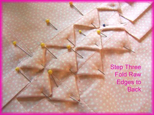 Técnica: dientes de tirubón es una ténica que consiste en coser lorzas del mismo grosor que la separación entre ellas, cortar a intervalos regulares, y doblar los picos de los cortes hacia dentro, creando así un patrón de triángulos.