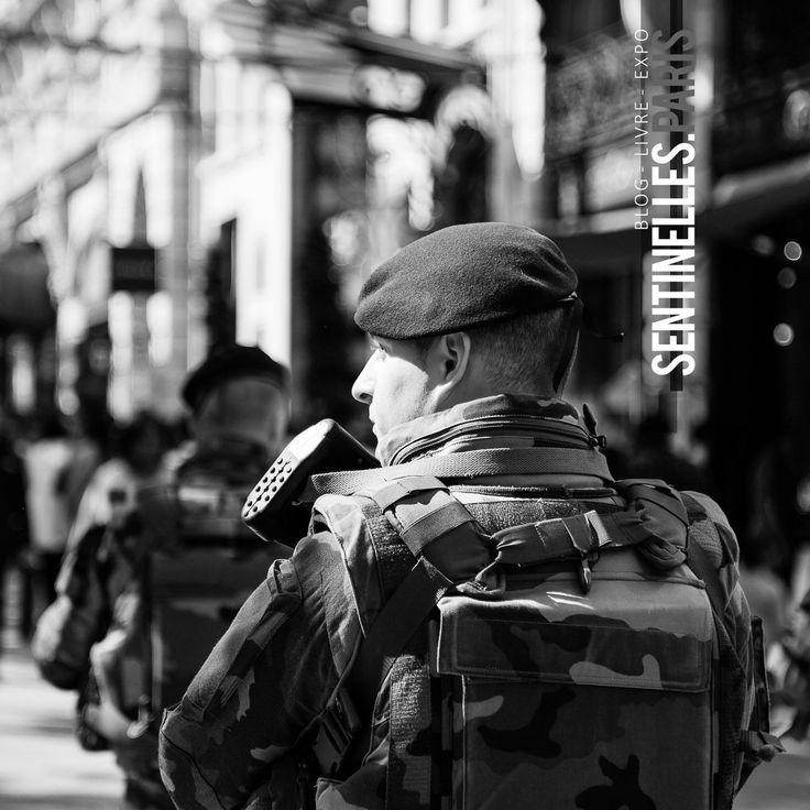 Patrouille de militaires sur les champs Elysées. Photo: 4114-26-0098 @sandrachenugodefroy / Ref:4116-26-039 #armeedeterre #armee2terre @armee2terre #rue #paristouristique #beret #Sentinelle #Sentinelleparis #Paris #military #army #milpicture #militarylife #onlymyphotos #France #francephotooftheday #parisstreetphoto #streetphotography #bw #blackandwhite #blackandwhitephotography #bnw #canonphoto