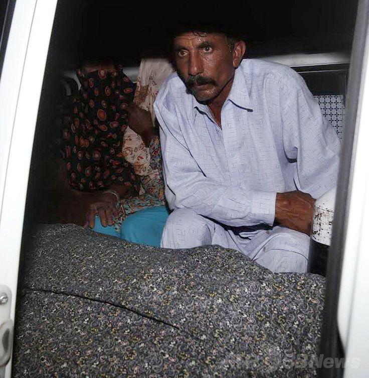 パキスタン東部ラホール(Lahore)で、家族の意思に反した結婚をしたとして親族らに殴殺されたファルザナ・パルビーン(Farzana Parveen)さんの遺体と共に車に乗る夫のムハンマド・イクバル(Muhammad Iqbal)さんとその親族ら(2014年5月27日撮影)。(c)AFP ▼29May2014AFP|妊婦殴殺の名誉殺人、「警察は見物していた」と夫 パキスタン http://www.afpbb.com/articles/-/3016286 #Lahore