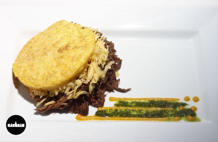 AREPA CARACAS PELÚA: carne (des)mechada + queso rallado