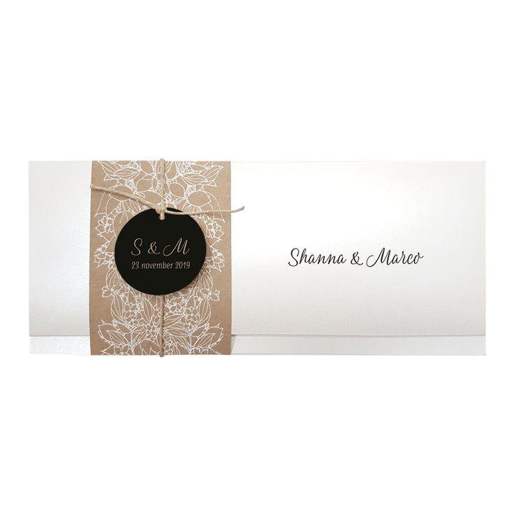 Stijlvolle trouwkaart in parelmoer papier met wikkel met bloemenmotief