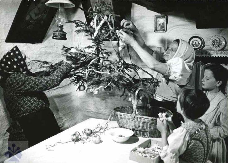 Sviatky. Stredy sveta sa nenachádzajú len v krajine ale aj v čase. Silovými miestami roka sú sviatky: Zimný slnovrat (kačún či vianoce), očistné vítanie jari, oslava vrchola plodnej sily slnka na jána a konečne dožinky, ktoré sú oslavou plodov roda a bohatstva úrody. V týchto sviatkoch nikdy nechýbal znak stredu sveta, či už v podobe vianočného stromčeka a štedrovečerného hodovného stola s vencom a štyrmi sviečkami v kruhu na štyri svetové strany, alebo v podobe mája.