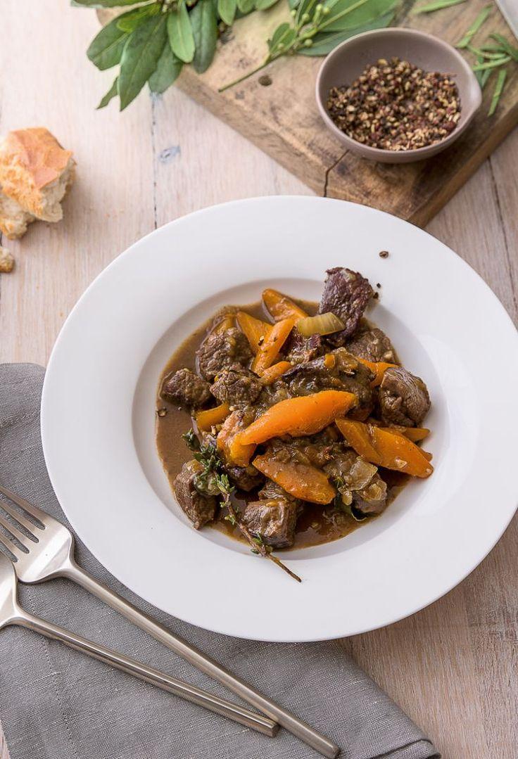 Boeuf en daube, Franse runderragout met wortel, is heel eenvoudig te maken en laat zich net zo eenvoudig invriezen. Wilt u een grote hoeveelheid ervan maken, verdubbel dan de hoeveelheden van de ingrediënten en stel de kooktijden in op die van het recept voor boeuf bourguignon.