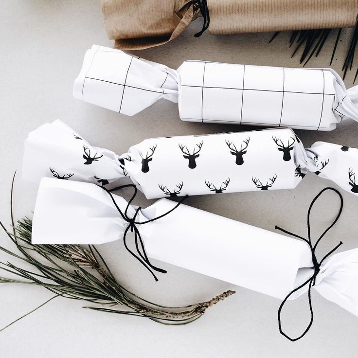 Christmas crackers are super easy to make yourself they are a Christmas table must-have. See link in bio for the tutorial (plus a couple of free downloads).