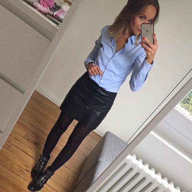 Jupe cuir noir, chemise bleue, boots noir rock