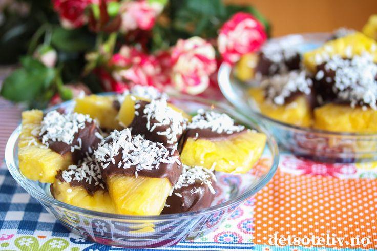Fersk ananas dyppet i mørk sjokolade og kokos er herlig sommersnacks! Tipset har jeg fått av min søteste venninne, Hanne Se også Jordbær dyppet i sjokolade.