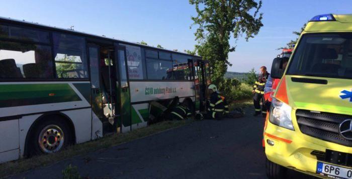 Blízko Všerub se srazil linkový autobus s autem, na místě jsou zranění