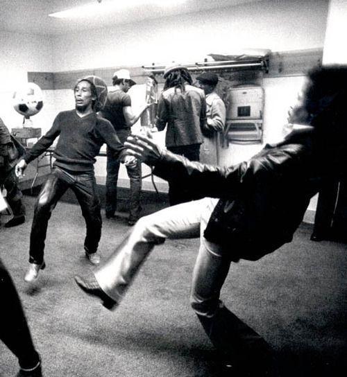 Bob Marley e Jimi Hendrix giocano a calcio prima di un concerto. #sport #musica #soccer #calcio #BobMarley #JimiHendrix #CultStories