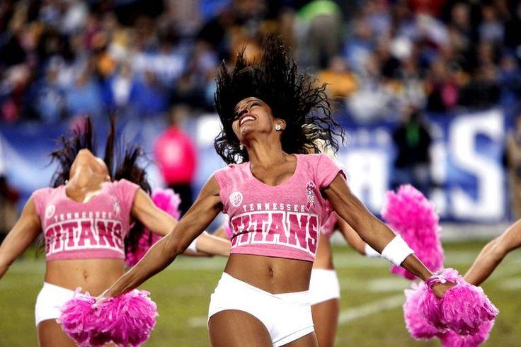 Les cheerleaders des Tennessee Titans dansent lors de la mi temps pendant un match de football en NFL contre les Steelers de Pittsburgh, à Nashville le 11 octobre.