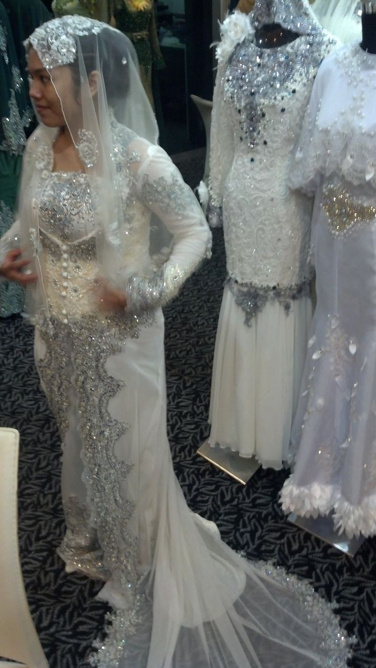 Part 1 : My dress for the reception. It is a long kebaya with silver lace and stones. the dress is quite heavy, a mix match of bridal satin and lace. I rented this dress for RM 600! Per set. just the dress alone! Over my budget. And I need to pay a deposits first before I tried any of the dress, Maximum 3 dresses! Thumbs down for that.