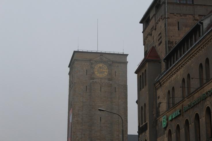 Widok na wieżę zegarową CK Zamek z Al. Niepodległości.