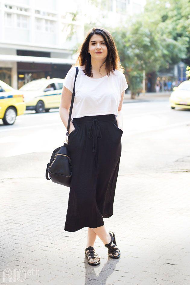 RIOetc | Look preto e branco . Camiseta , saia midi sandália