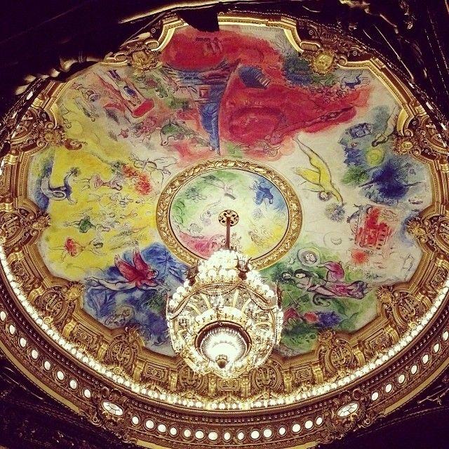 Opéra de Paris. В зрительном зале на потолке картина Марка Шагала. На желтом фоне балерины, для этого Шагалу позировала Плисецкая. Она там есть, с рыжими волосами.