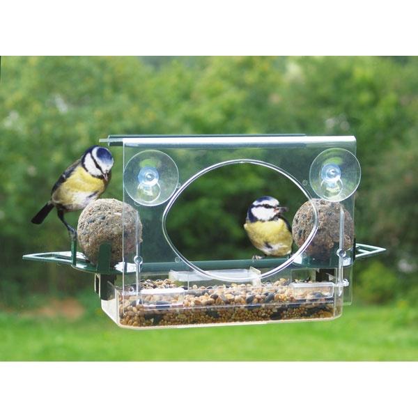 Raam vogelvoederkastje de luxe. Plak deze met zuignappen tegen je raam en haal de natuur wat dichterbij! Heerlijk te zien hoe de vogeltjes genieten van het aangeboden voer en water. Leuk voor jong en oud! Bij www.trendyspeelgoed.nl verkrijgbaar voor 21,50