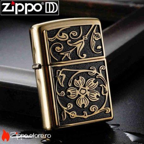 Zippo Gold Floral Flourish este una din cele mai apreciate modele zippo. Bricheta se remarca printr-un design floral, auriu pe un fond negru cu aspect de catifea. Aceasta spectaculoasa infloritura in relief este realizata pe o placheta aplicata.