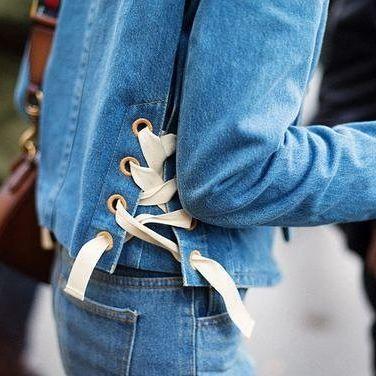 intreccio a lato del pantalone con una cordina dal fianco a metà coscia tipo pens con sotto un tessuto a pois
