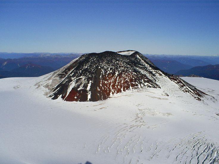 Cima del volcan Mocho Choshuenco Diego Colomés. La Patagonia es un territorio con más de 900.000 kilómetros cuadrados que ocupa el extremo sur de Sudamerica con un paisaje que ofrece contrastes abruptos, desde mesetas y terrazas hacia el este hasta lagos de origen glaciar, cursos de agua y tupidos bosques en el Oeste.