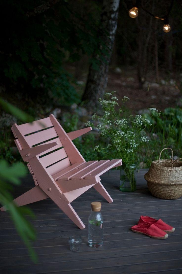 Harmaa terassi ja pehmeän sävyinen tuoli. Katso ohjeet.