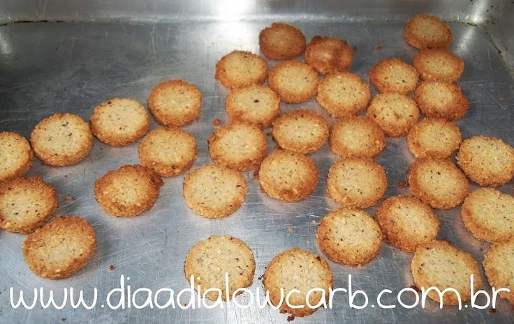 """Uma das delícias do mundo lowcarb/paleo é fazer biscoito, e o mais sensacional (até agora) é o biscoito de coco, muito simples, prático, delicioso e com pouquíssimos carboidratos associados, e dá para fazer várias combinações. Quando minha noiva fez esse biscoito eu pensei: """"Essa é a comida lowcarb mais delicioasa que existe""""! Eu faço toda …"""