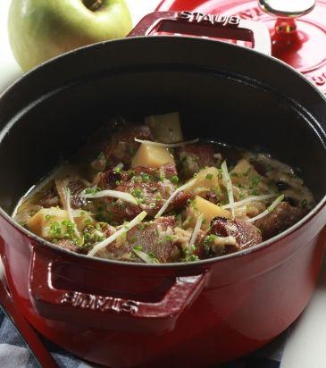 Χοιρινό με κρεμμύδια, πατάτες και πράσινο μήλο | Γιάννης Λουκάκος