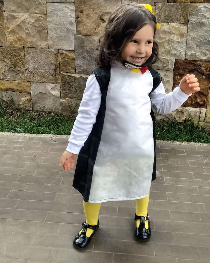 DIY Niña+disfraz+Madagascar+baile+infantil  Disfraz de pingüino hecho con tela quirúrgica, medias amarillas, zapatos negros y máscara en fommy . Este es un disfraz muy económico y fácil de hacer.