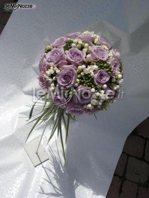 http://www.lemienozze.it/operatori-matrimonio/fiori_e_addobbi/fiori-venezia/media  Bouquet sposa sui toni tenui del bianco e del lilla: clicca sul link per vedere altre foto di bouquet sposa!