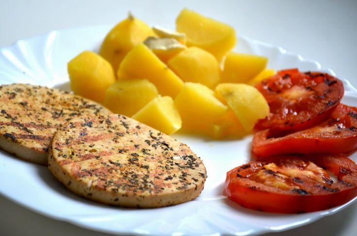 "grilled ""šmakoun"" and tomatos with potatoes"