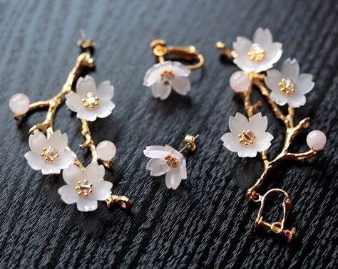淡く光が透ける桜の枝をイメージしたピアス&イヤリングになります。蕾はローズクォーツの天然石、花びらの素材はプラバンです。花の中心にはガラスビーズを使っています。左右が違うアシンメトリーなデザインです。サイズは大きい方で約6x2x4.5cmです。枝約5.5cm。花は約1.5cm。イヤリングをご希望の方のみ送料の欄よりイヤリングをお選びください。(通常はピアスでの作成となります。)※受注生産になります。 30日以内に発送します。一つ一つお作りしておりますので、微妙な違いがあります。 画像とまったく同じではございませんので、あらかじめご了承ください。 こちら、着色後、ニスで色止めをしています。そのとき、少量の気泡やほこりが混入する場合がございます。気になる方はご購入をお控え下さい。こちらお花はワイヤーで枝に固定後にレジンで固めています。お花は繊細ですので、手で強く押したりしないで、金具を持ってご使用下さい。