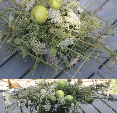 Composizione moderna naturalistica per l'estate realizzata con fiori di campo e mele verdi