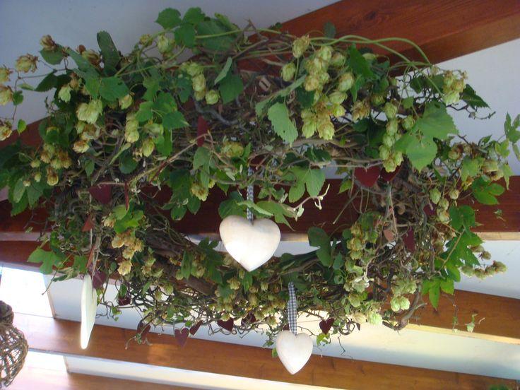 Van takken uit het bos maak je een krans en bekleed die met groen hang er hartjes aan lintjes - De kosten deco ...