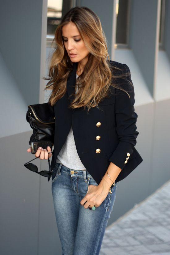 Imprescindible: un blazer de color oscuro para darle un toque chic a un look informal