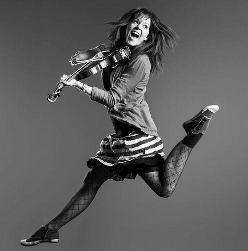 Lindsay Stirling, violinista que mezcla habitualmente el Dubstep con lo clásico. Aquí su canal: http://www.youtube.com/user/lindseystomp (Casi lo pongo en mozacas)