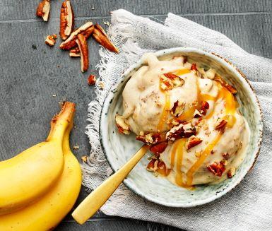 Denna sammetslena, förföriskt goda bananglass med smak av mandel och vanilj serveras med en gyllenbrun kolarippel. Garnera med krispiga pecannötter och njut av dessertens smaker och texturer!