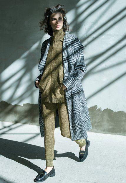 Trend: Glänzender Stilmix: klassischer Mantel mit Schalkragen, von Windsor. Jacke mit Reißverschluss und passende Leggings, von H&M Studio. College-Schuhe von H&M
