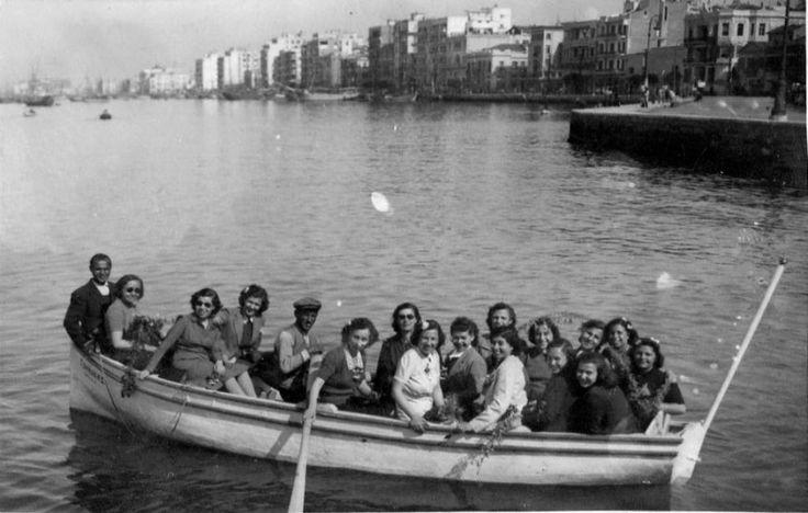 Απ΄ότι φαίνεται η ίδια βάρκα την 1η Μαϊου 1942. Τρίτη κοπέλα από αριστερά, η μητέρα μου, Χρυσούλα Βαλιούλη και τελευταία στην αριστερή μεριά η αδελφή της Ανθούλα.