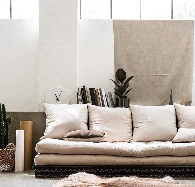 Letar du en kreativ lösning för #vardagsrum att bli inspirerad av? Danska KARUP har massor av snygga idéer och CHICO tatami soffa är en av dem. Denna moderna byggbara soffa består av ✅2 futon madrasser ✅2 tatami madrasser ✅set om 4 kuddar som kan kombineras på spännande sätt! Framför allt är CHICO en härlig och mysig #futonsoffa. Prova själv och välkommen att beställa i vår nätbutik! Pris: 5973 SEK #futonmadrass #futon #futonsverige #futonfinland #futonnorge #compactliving #heminredning…