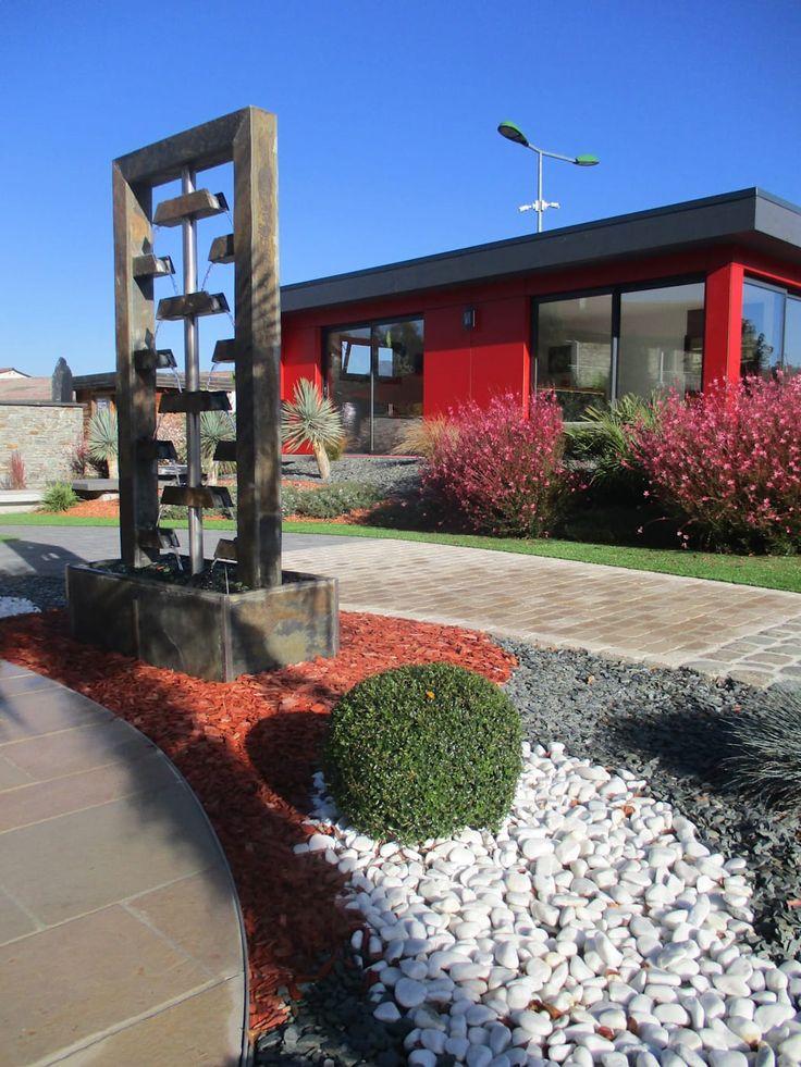 Fontaine d'extérieur lumineuse en pierre de schiste multicolore: jardin de style par berger jardins