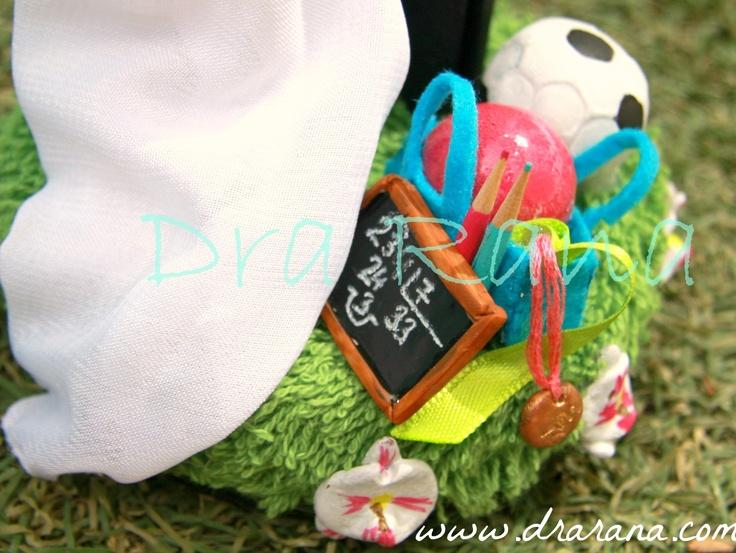 Detalles: bolsa de gimnasia con medalla, lápices de colores y pizarrín, y balón de fútbol.