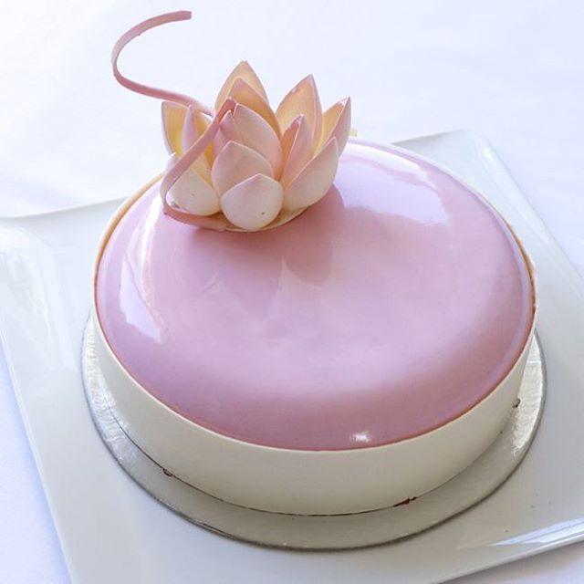 """Здесь следовало бы написать """"торт для маленькой принцессы"""";))) но принцесса не такая уж маленькая, к тому же уже точно будущая родственница, а торте: апельсиновый пендежен, хрустящий слой из карамелизованных тыквенных семечек и джандуйи, клубничный компот и миндальный баваруаз, Николя Пьеро - гип-гип, ура!)  #strawberries  #rose #кондитерскиекурсы  #haifa  #instafood  #торт  #pastry  #pâtisserie  #chocolat  #עוגה #קונדיטוריה  #valrhona  #honey #dessert  #dessertporn  #gargeran  #foodies…"""