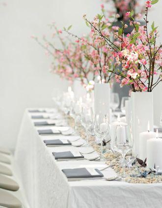 Hochzeitsdekoration mit Kirschblüten-Zweigen und Origami-Kranichen – wedding decoration with cherry blossoms and origami details – www.weddingstyle.de