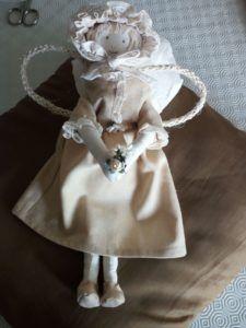 Angelo competamente realizzato a mano; altezza di 34 cm; abito cipria ricamata con merletto beige e dorato. Tra le mani un dolcissimo un fiorellino bianco.