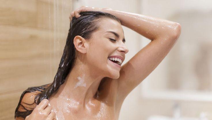 Iedere dag je haar wassen is funest voor je mooie lokken, als shampoo niet schuimt dan reinigt het niet goed en als je shampoo te lang gebruikt, verliest hij zijn werking. Over het wassen van de haren bestaan nogal wat fabels. Of hebben we hier te maken met feiten?