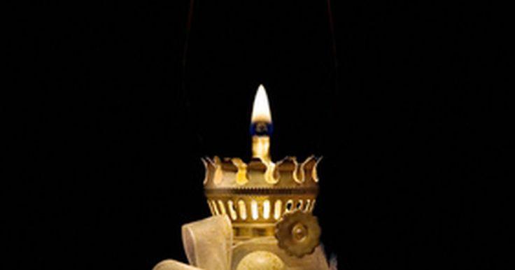 Como fazer seu próprio óleo de lampião de parafina líquida . Também conhecido como óleo mineral, parafina líquida serve como um óleo uniformemente queimado para lanternas e lampiões a óleo. Saber como fazer a sua própria parafina líquida para um lampião a óleo fornece iluminação e calor com apenas um esforço hábil. Sendo uma alternativa de custo-benefício em relação aos óleos de lampião comerciais, o óleo ...