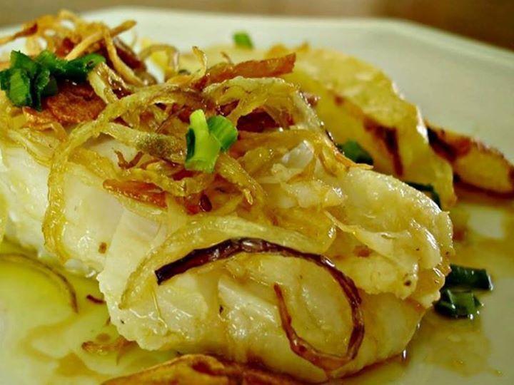 Bacalhau no Forno à Antiga, confira a receita! INGREDIENTES 4 postas de bacalhau, desalgadas 1,5 kg de batata Sal e pimenta a gosto Azeite 3 dentes de alho