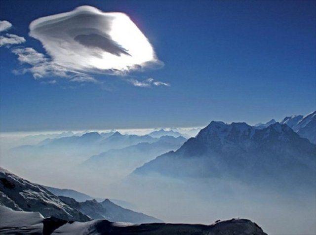 Everest Dağı'nın kuzey sırtı tırmanışında, dağcılar, 8750 metre yükseklikte, bulutların üzerinde ilerliyor.