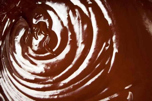 Cómo hacer ganaché de chocolate. El ganaché es una cobertura de chocolate muy fácil y rápida de hacer, además de deliciosa. Es uno de los ingredientes más utilizados en la repostería para cubrir bizcochos o decorar tartas con fondant...