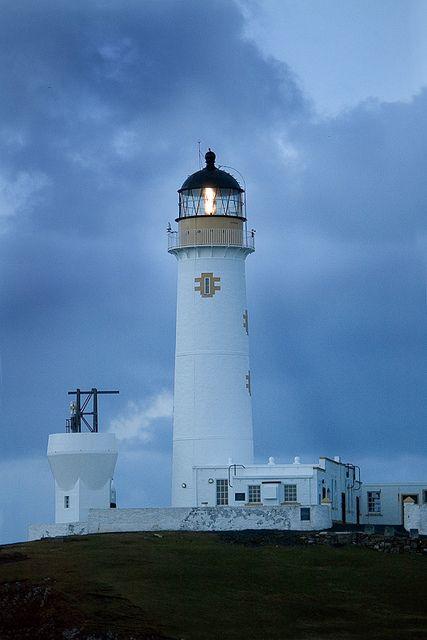 Fair Isle South Lighthouse · Fiar Isle (Skaddan) · Scotland (Pos.: 59° 30.858'N 1° 39.206'W); built 1892 by David A. & Charles Stevenson; White tower 26 metres high; Range 22 nm