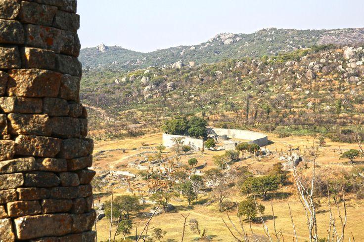 As ruínas do Grande Zimbabwe são um local de um valor histórico, cultural e arqueológico difícil de sobrestimar. O simples facto de que o próprio nome do país onde se encontram deriva da denominação local das grandes construções de pedra, dzimbabwe, é testemunho da sua importância na psique de um povo e na cultura de …