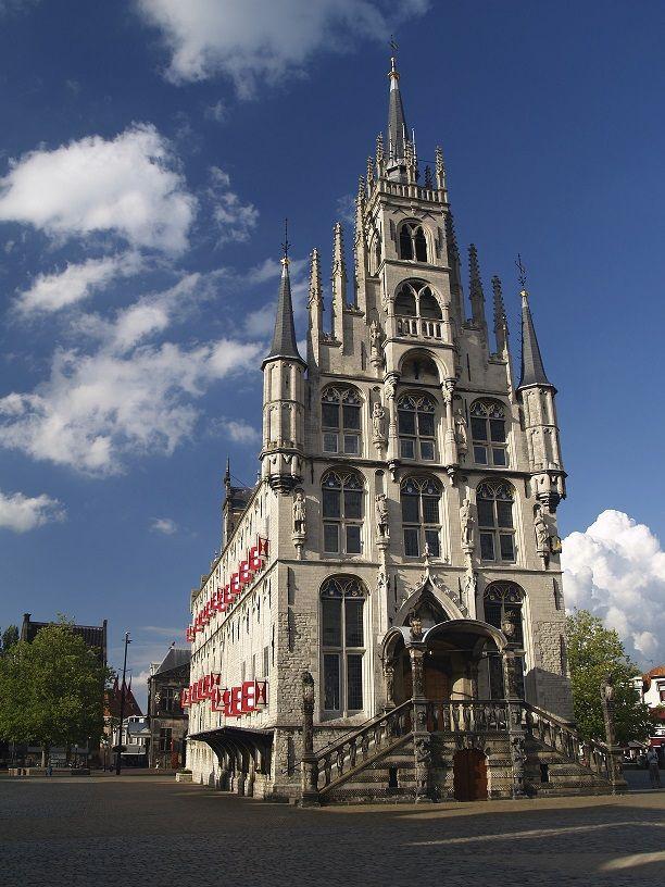 Stadhuis Gouda Gouda staat bekend om de wereldberoemde Goudse kaas. Naast de kaasmarkt is er nog meer te beleven in deze Zuid-Hollandse stad. Het stadhuis van Gouda stamt uit de 15e eeuw en is in indrukwekkende gotische stijl gebouwd. Mocht je een bezoekje aan Gouda wagen kan je bijna niet om het stadhuis heen, deze vindt je midden op de markt. Mocht je er toch overheen kijken volg dan de trouwauto's en dames in trouwjurken, het Goudse stadhuis is een populaire trouwlocatie.